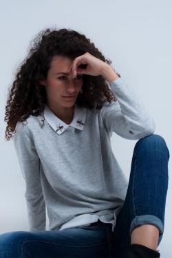 Camisa cinza com uma blusa
