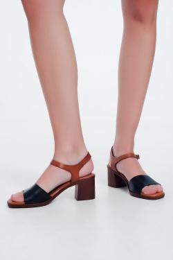Sandálias de salto quadrado atadas no tornozelo em preto
